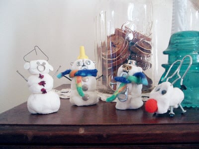 Learn how to make clay snowmen with corn starch! A fun winter project with kids!