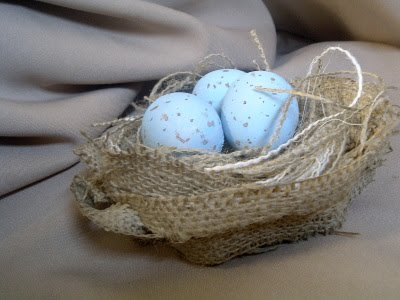 Turn a strip of burlap into a bird's nest easily!