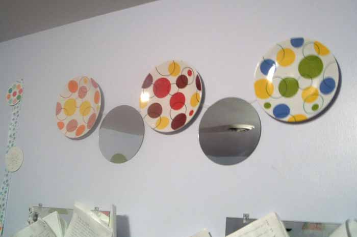 Learn how to hang plates on the wall the quick and easy way!  Uses items you have around your home already!