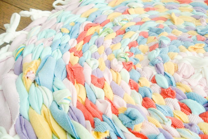 use a mix of t-shirt colors for your DIY rag rug!