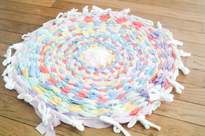 here's how to make a diy rag rug using old t-shirts and a hula hoop!