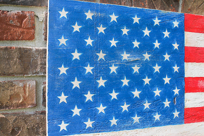 I love the rustic look on this DIY wooden American flag
