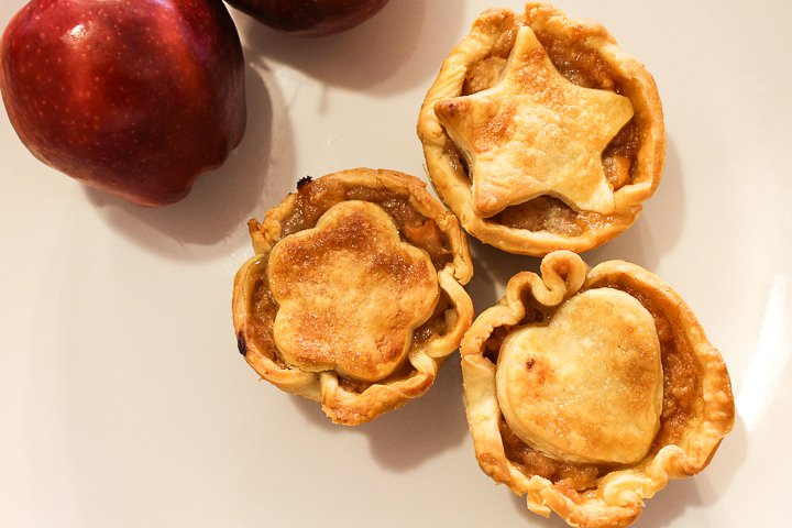 "Muffinform Apple Pie ""width ="" 720 ""height ="" 480 ""data-pin-description ="" Make these mini apple pies for all your fall gatherings! These are perfect for fall parties, tailgates and even Thanksgiving dinners! #Fall #Thanksgiving #pie #apples #applepie #pierecipe #dessert ""srcset ="" https://www.thecountrychiccottage.net/wp-content/uploads/2012/08/mini-apple-pies-4-of-6. jpg 720w, https://www.thecountrychiccottage.net/wp-content/uploads/2012/08/mini-apple-pies-4-of-6-300x200.jpg 300w ""sizes ="" (maximum width: 720px) 100vw , 720px"