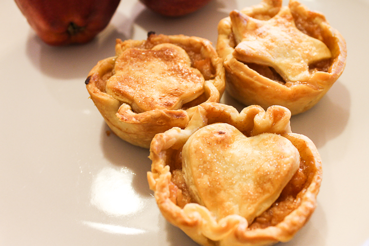 "Mini apple pie ""width ="" 720 ""height ="" 481 ""data-pin-description ="" Make these mini apple pies for all your fall gatherings! These are perfect for fall parties, tailgates and even Thanksgiving dinners! #Fall #Thanksgiving #pie #apples #applepie #pierecipe #dessert ""srcset ="" https://www.thecountrychiccottage.net/wp-content/uploads/2012/08/mini-apple-pies-6-of-6. jpg 720w, https://www.thecountrychiccottage.net/wp-content/uploads/2012/08/mini-apple-pies-6-of-6-300x200.jpg 300w ""sizes ="" (maximum width: 720px) 100vw , 720px"