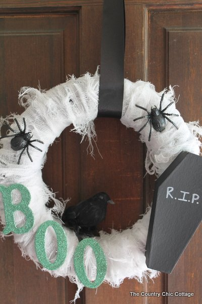 scary halloween wreath the country chic cottage. Black Bedroom Furniture Sets. Home Design Ideas