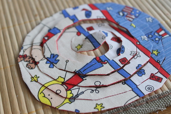 See this great Americana centerpiece plus even more crafts for the 4th of July. You will love this easy to make fabric and button patriotic decor.