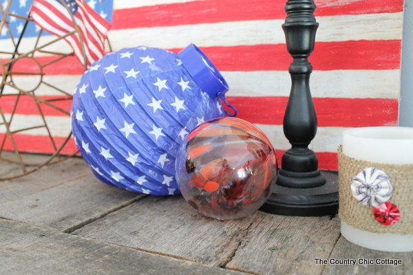 A decorated mantel for summer that you really must see. Red, white, and blue inspiration for the 4th of July and beyond!
