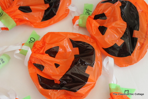 15 Minute Halloween Countdown Calendar -- make a fun treat based countdown calendar for your kids in 15 minutes or less!