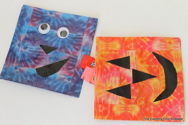 DIY Halloween Treat Bags -- make your own treat bags in less than 15 minutes using Duck Tape and ziploc bags. A fun craft project that the kids will love.