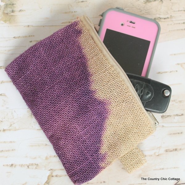 Dip Dyed Burlap Bag -- dye a fun burlap bag in just a few minutes with this simple (and quick!) craft tutorial!