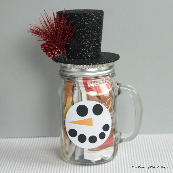 This snowman gift in a jar can be made in minutes. Fill a mason jar mug with hot drink mixes for a great gift! Get the instructions and free printable face labels by clicking here.
