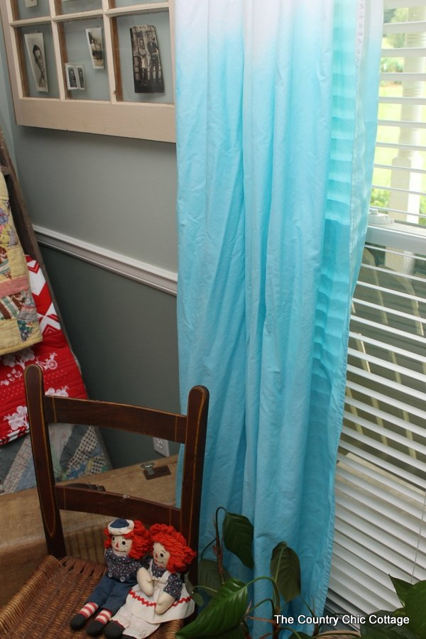 Turn plain white sheets into dip dyed curtains easily!