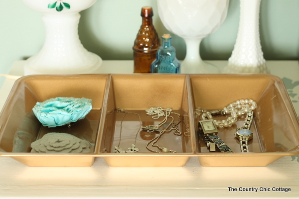 Grab some plastic dollar store bowls and gold spray paint to make a jewelry organizer and more! Click to see the full details!