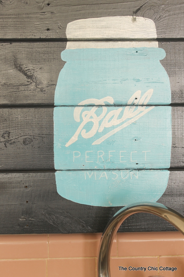 Mason jar pallet art -- make this home decor art for your home or as a gift for any mason jar lover!