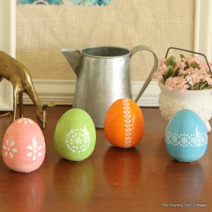 Paint these gorgeous Easter eggs in just 5 minutes with this technique -- I must do some of these this spring!