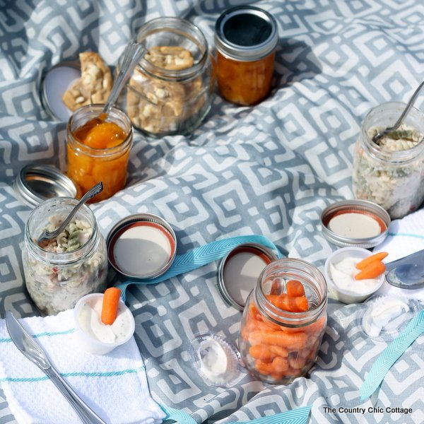 See how to have a mason jar picnic. Love this idea!