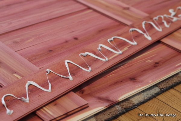 Make this cedar wood pallet sign. I love that there is no sawing or nailing required! So easy!!