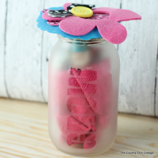 Garden gift in a jar -- gift gardening supplies in a jar that is super simple to etch yourself. After the gift has been given, the recipient can also use this as a mason jar planter.
