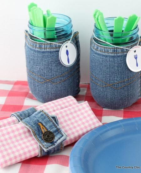 Make this recycled jeans mason jar along with some fun napkin rings for your next picnic or barbeque. A fun craft project that only takes minutes to make!