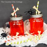 Make these bone party straws for your Halloween party! This looks really easy!
