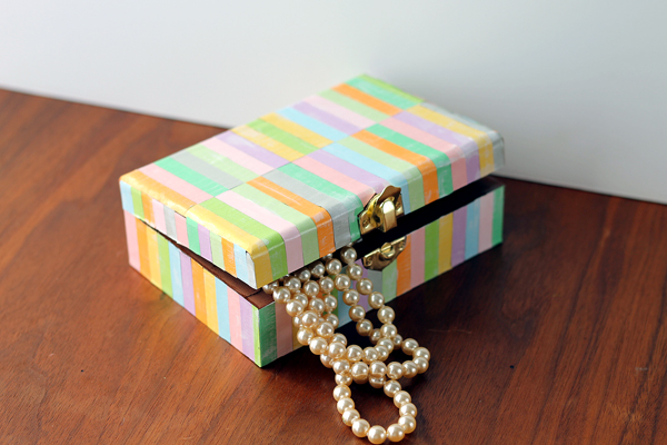Make this great holiday gift idea! Pre-cut strips of paper are the secret to making this Pottery Barn knock off jewelry box easily!