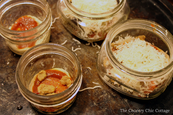 Make this mason jar pizza appetizer for holiday parties or a fun weeknight meal!