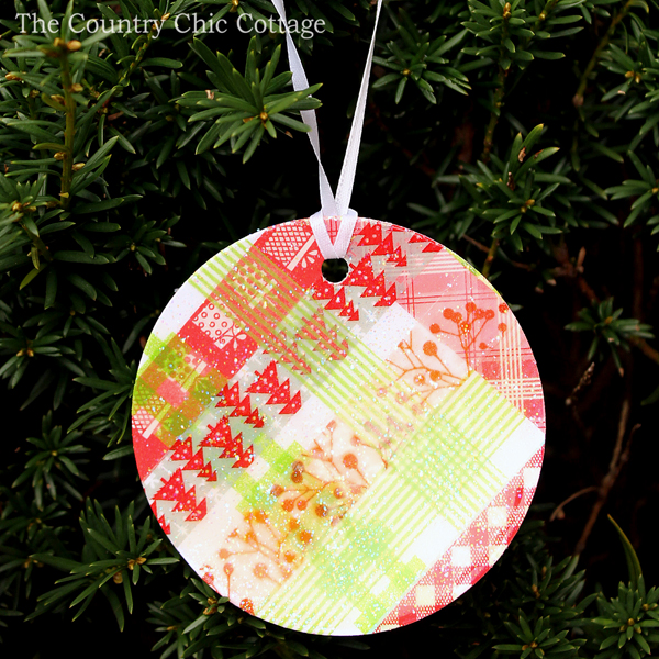 Great washi tape ornaments that almost look plaid! Super easy to make as well!