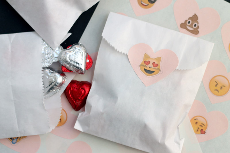 free emoji stickers for valentines day-003
