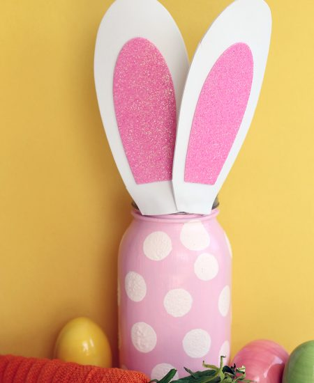 A cute Easter mason jar perfect for your spring decor!