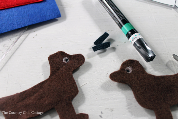 Make this dog house busy book page for babies and toddlers! They will love putting the dog in and out of the dog house! A great felt craft project!
