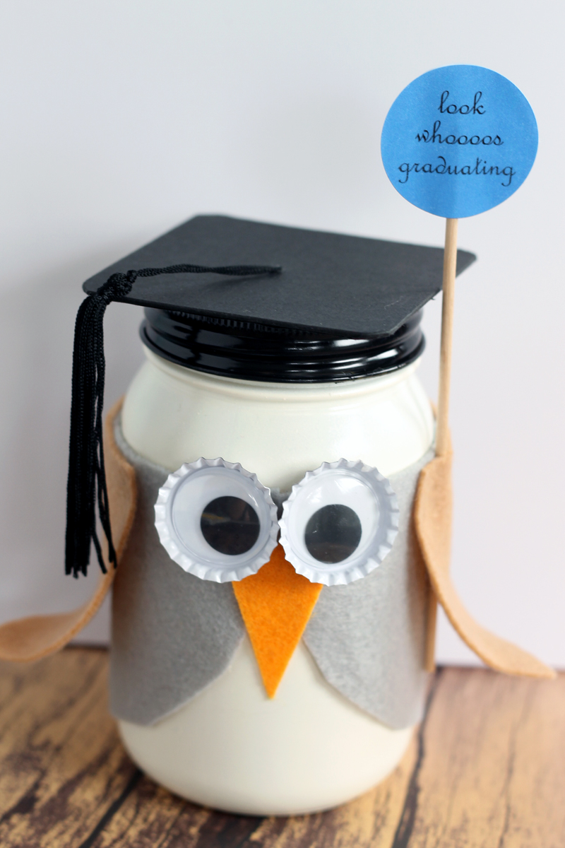 Graduation Mason Jar gift - A graduation gift in a jar made like an owl! Look whoooos graduating! Perfect for graduates of all ages!