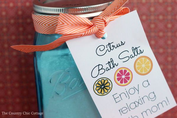Make this citrus bath salts gift in a jar for mom for Mother's Day! A simple idea that mom will love to receive!