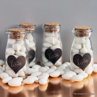 Make these DIY wedding favors for your wedding guests! An easy project with a free printable label!