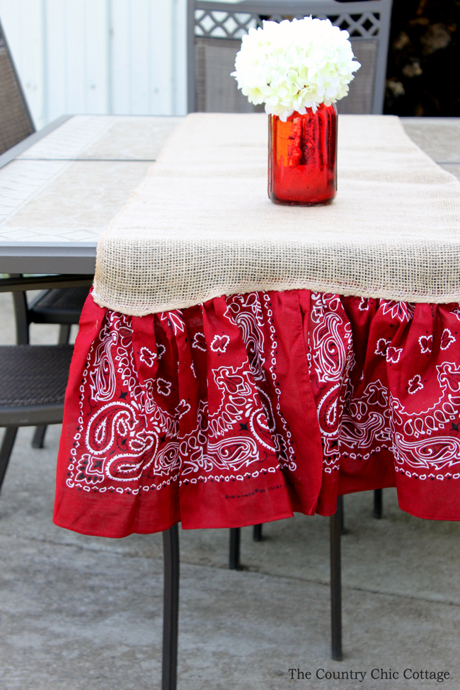 Make This Summer Burlap Table Runner For Parties And Backyard Barbecues! A  Quick And Easy