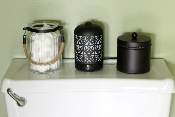 Small bathroom organization ideas that really work! Quick and easy ideas to organize your tiny bathroom in minutes!