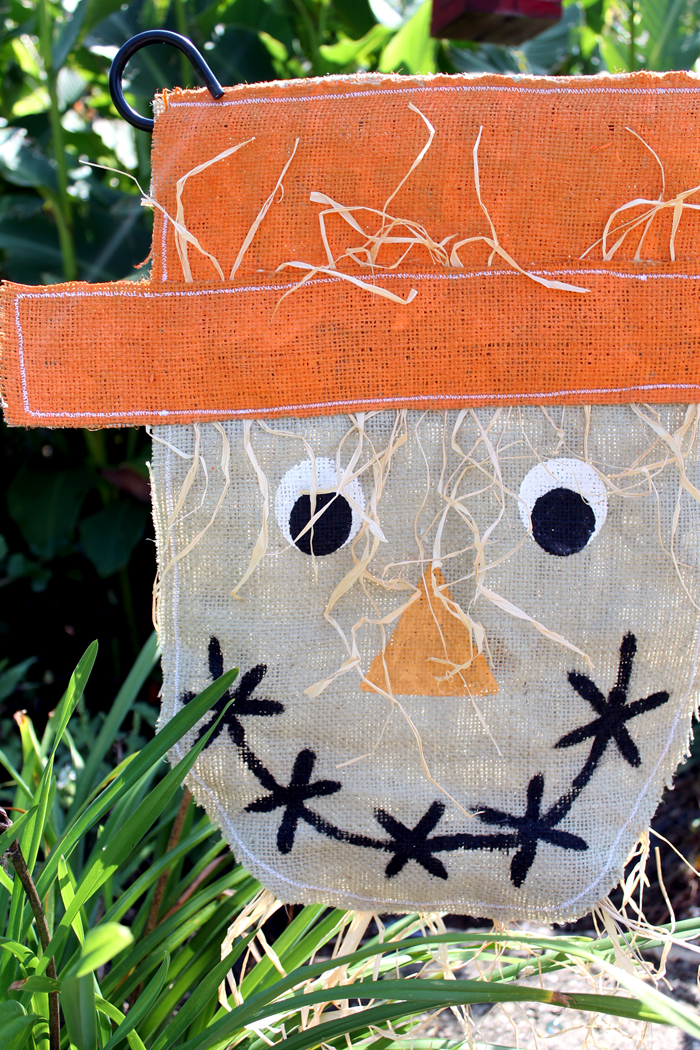 Make This Burlap Scarecrow Garden Flag For Your Outdoor Decor This Fall! An  Easy Sewing