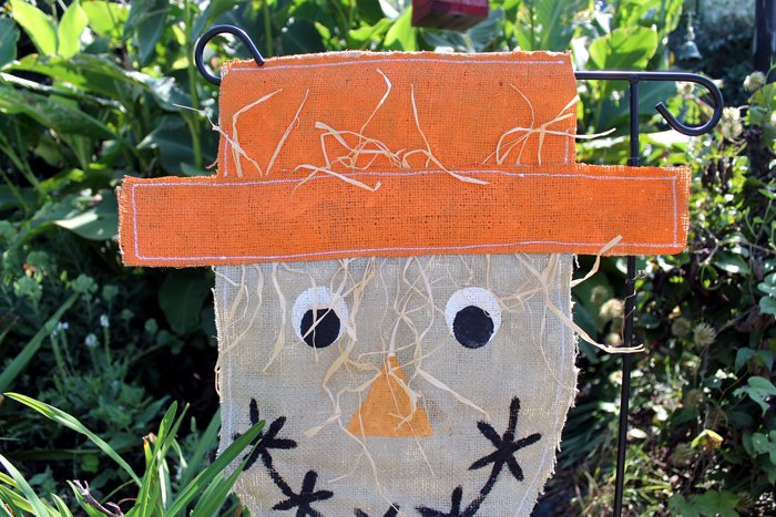 Make this burlap scarecrow garden flag for your outdoor decor this fall! An easy sewing project that anyone can make with this tutorial.