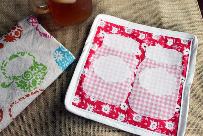 Make this DIY jar potholder for your kitchen! A fun sewing projects with step by step and video instructions!
