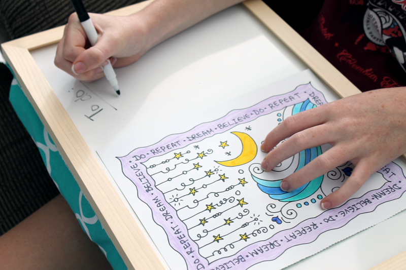 Make this DIY lap desk for your kids! Great for back to school!