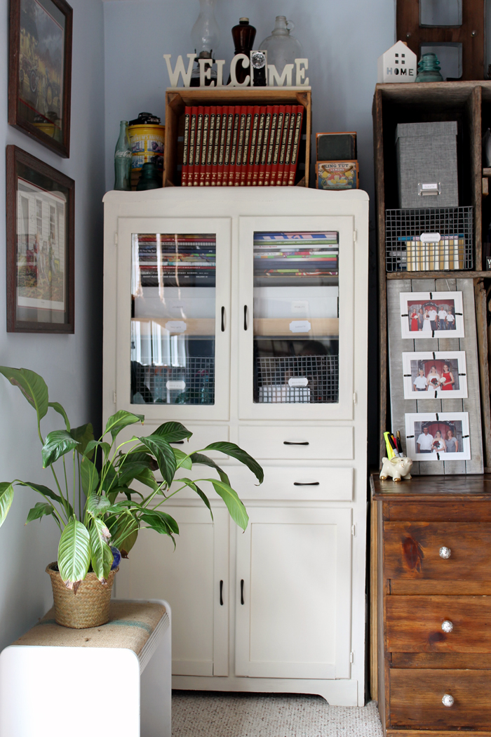 Tour this farmhouse style office area and learn how one blogger created this Fixer Upper look on a budget! A great way to decorate in farmhouse style!