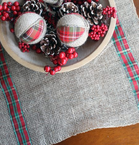 This burlap and plaid table runner is perfect for Christmas! See how to make your own version!