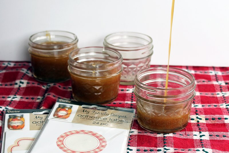 Easy caramel sauce recipe - an easy gift idea for anyone on your list!