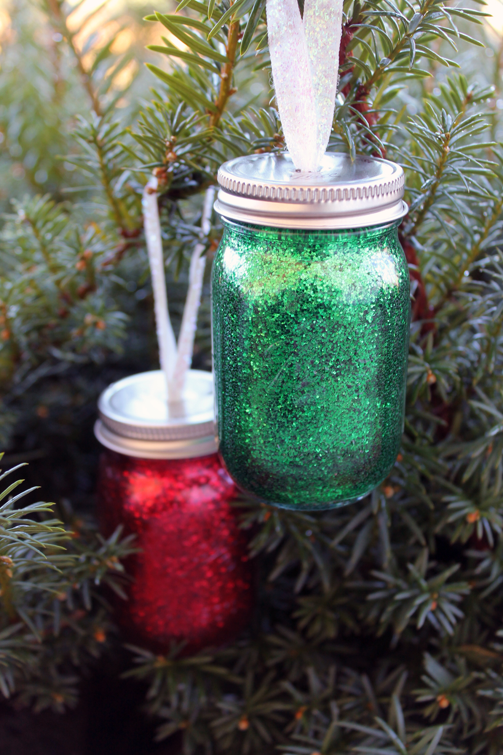 DIY glitter mini mason jar ornament - make your own for your Christmas tree!