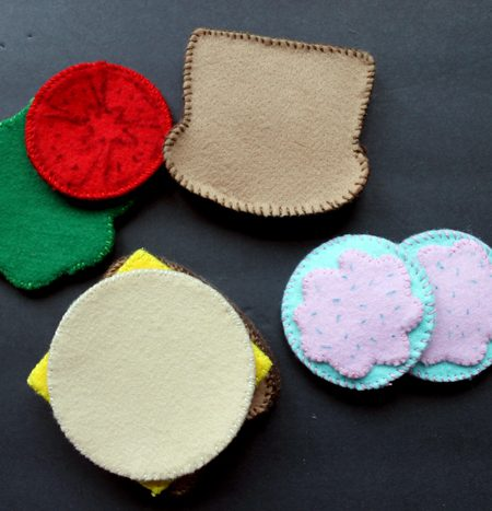 Make your own felt food for the kids in your life! Play food that you can make yourself in minutes!