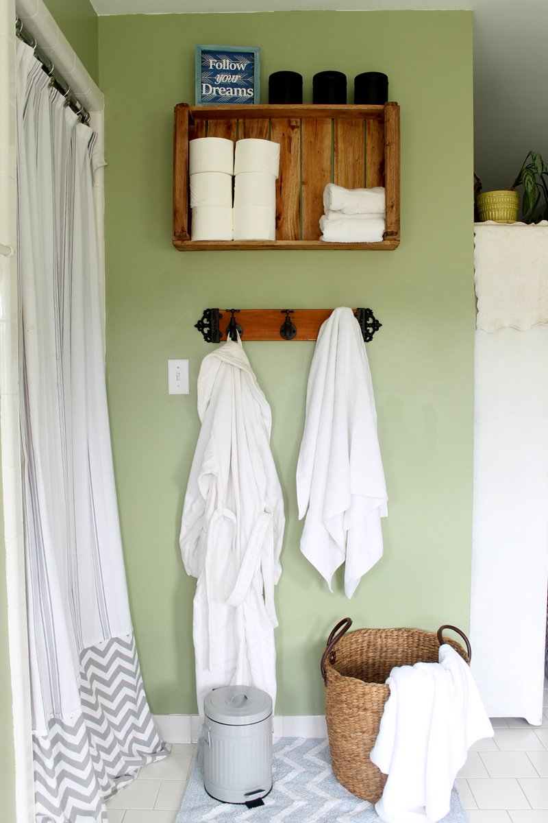 Rustic farmhouse bathroom ideas - perfect way to decorate your farmhouse bathroom on a budget!