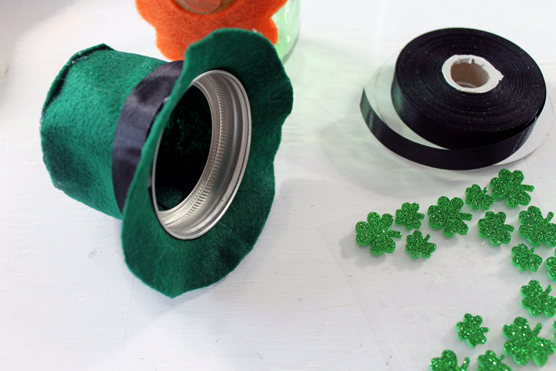 Make this mason jar leprechaun for Saint Patrick's Day! A fun way to give a gift or show your Irish spirit!