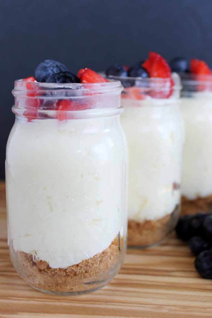 Mini mason jar cheesecakes - easy cheesecakes that are perfect for parties!