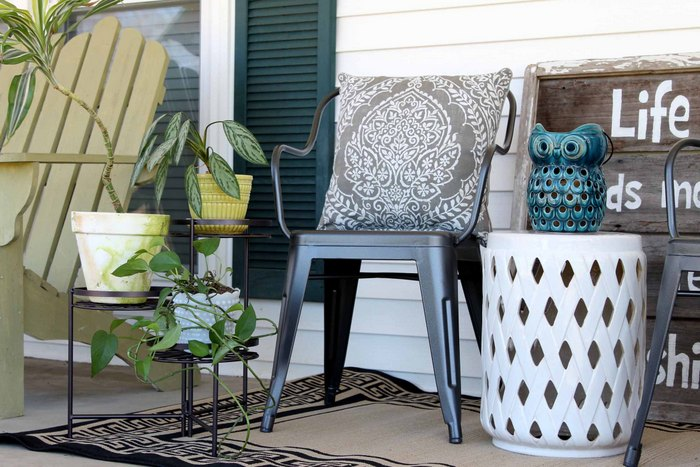 Add rustic farmhouse decor to your home indoors and out! See how the same metal farmhouse chairs are used in both places to create a rustic look!