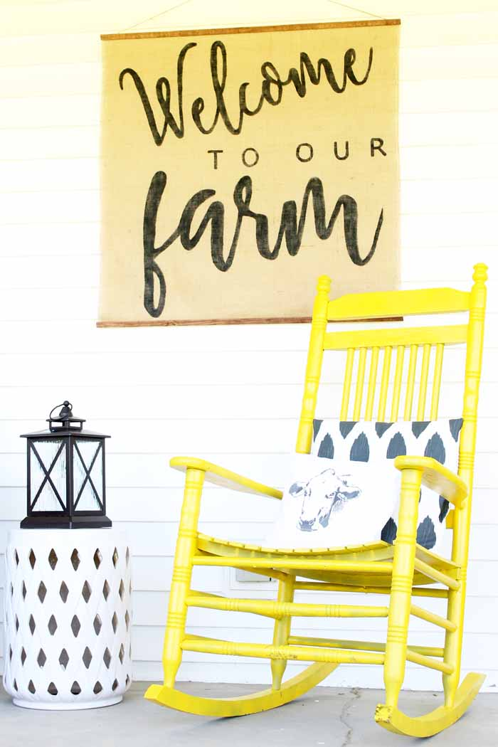 Vintage farmhouse decor on the porch! I love this colorful and rustic porch decor!