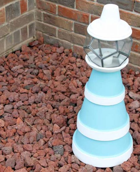 Make this flower pot lighthouse for your garden! An easy project from clay pots that will look great in your yard!